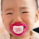 飛行機で赤ちゃんを泣かせない方法。飲み物は持ち込める?耳抜きできない?