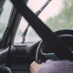 雨の日は傘を車に持ち込むと濡れる! 車内が濡れるのを 防止できる方法やグッズは?